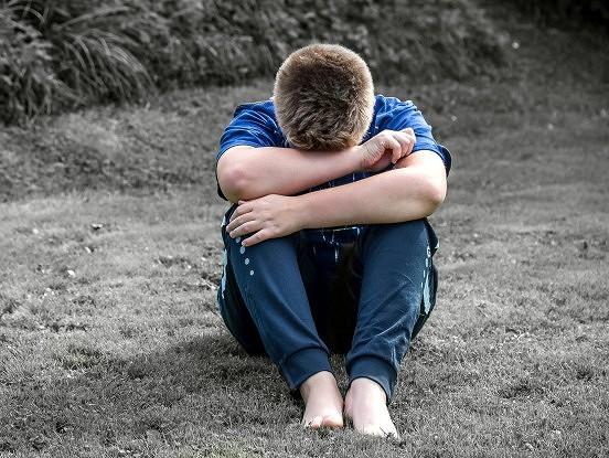 """""""Es raudu spilvenā."""" No nāves izglābtā puiša skolasbiedri vēršas pie vecākiem"""