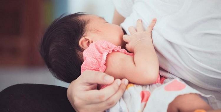 Mazs puisītis ģeniāli atbild kādai sievietei, kura pārmeta mammai mazuļa barošanu ar krūti publiskā vietā