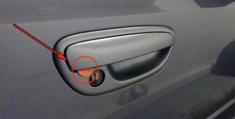 Autovadītāj, rīkojies nekavējoties, ja pamani monētu savas automašīnas durvīs!