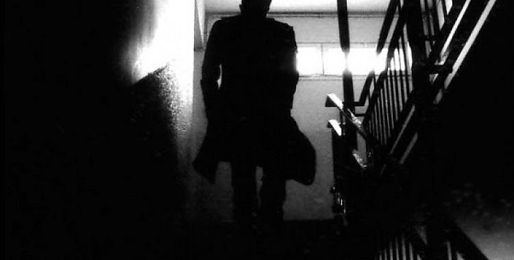 Svešinieks kāpņu telpā