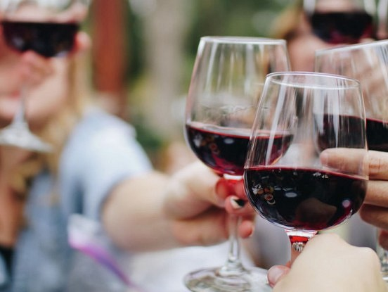 Alkohols izglāba cilvēci no izmiršanas. Lūk, kā tas notika… Lielisks iemesls pacelt glāzi piektdienas vakarā…