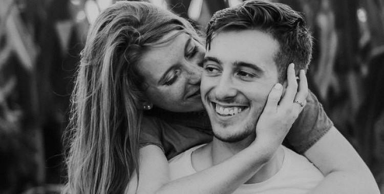 8 pazīmes, ka tavs vīrietis sāk tevī iemīlēties no matu galiņiem līdz papēžiem