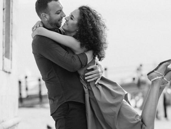 50 pārdomātas gadadienas idejas, kas parādīs jūsu mīļotajam cilvēkam, cik daudz jums rūp