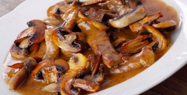 Liellopu gaļa, sautēta sarkanvīnā  (vislabāk gatavot multivārāmajā katlā)
