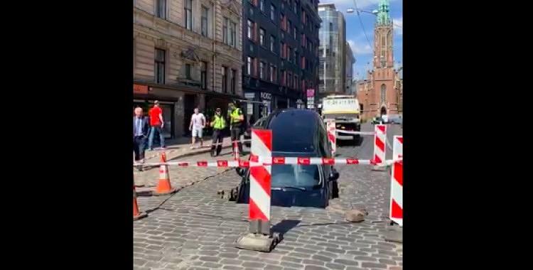 VIDEO: Beidzot zināms, kādēļ uz Ģertrūdes ielas ielūza auto