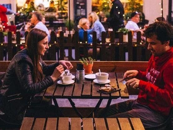 8 jautājumi, kas jums vienmēr būtu jāuzdod pirmajā randiņā