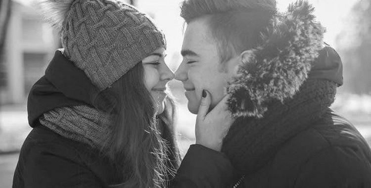 9 veidi, kā pateikt, vai jūsu partneris jūs patiesi mīl