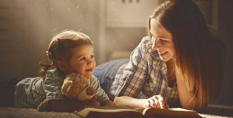 Lūk, kāpēc pasaku lasīšana bērniem palīdzēs viņiem kļūt par saprātīgiem un radošiem pieaugušajiem