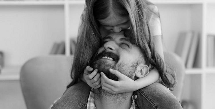 Kāpēc nemīlētām meitām ir grūti kādu mīlēt un pieņemt pašām sevi