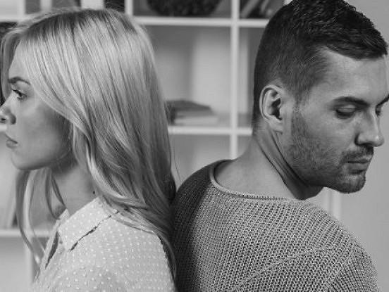 11 brīdinājuma zīmes, ka attiecības ar jūsu partneri ir toksiskas