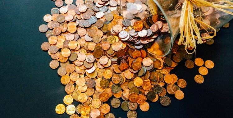 Kādēļ māņticīgi bagātnieki liek monētas uz palodzes