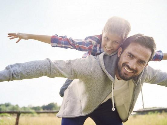 Zinātnieki atklāj, ka vecāki, kuri dara šīs divas lietas, audzina laimīgākus bērnus
