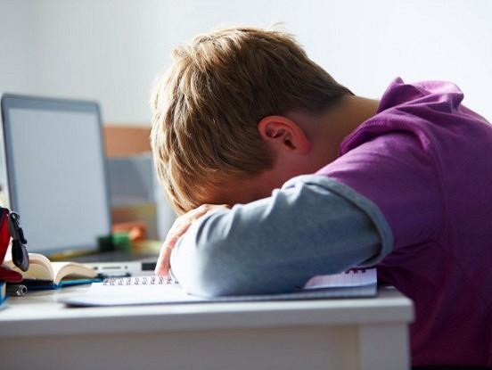 Ko darīt, ja bērns ir noguris no attālinātās mācīšanās: 4 padomi vecākiem