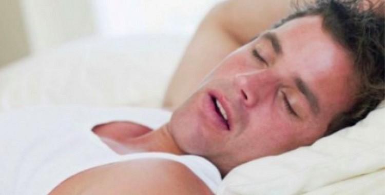 Kāpēc cilvēks naktīs svīst: 6 satraucošas pazīmes