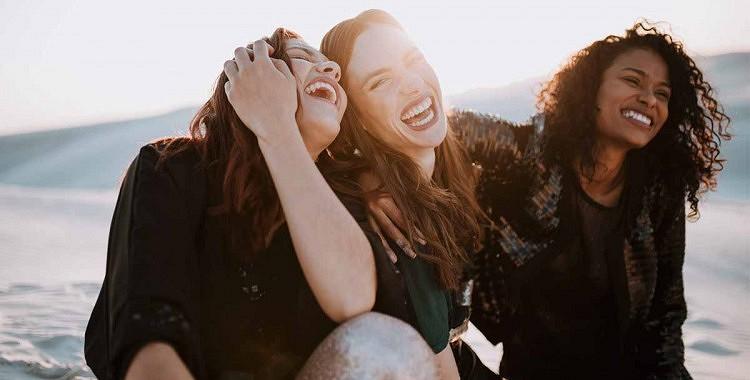 Draugi vai ģimene: kas mūs padara laimīgākus? Pētnieki izskaidro atšķirību