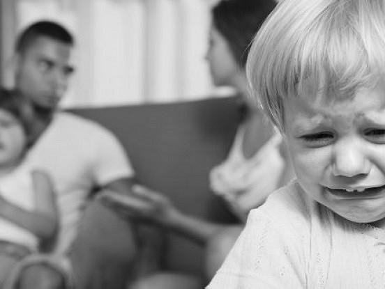 Laulības šķiršana sāp visiem, bet dzīvošana toksiskā laulībā bērniem ir sāpīgāka