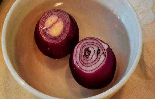 Ņemiet divus sīpolus, uzlejiet divus litrus ūdens un pievienojat lūk šo sastāvdaļu… Līdzeklis nieru attīrīšanai.
