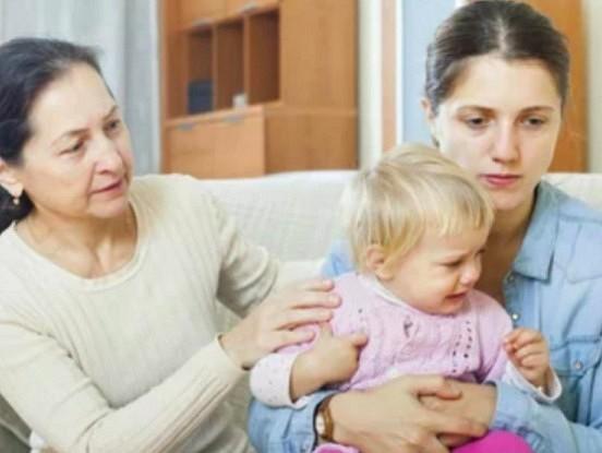 Vecmāmiņa - tā nav otra mamma: kādēļ cieša  saikne ar mazbērniem var radīt problēmas ģimenē