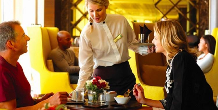 Miljonārs pārģērbās par praktikantu un iekārtojās darbā pats savā kafejnīcā. Citi par viņu smējās, bet tikai viena oficiante nolēma palīdzēt