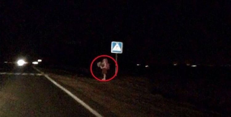 Sieviete ceļa malā ierauga bērnu, kurš sēž ceļa vidū, turpinājums nobiedēs ikvienu