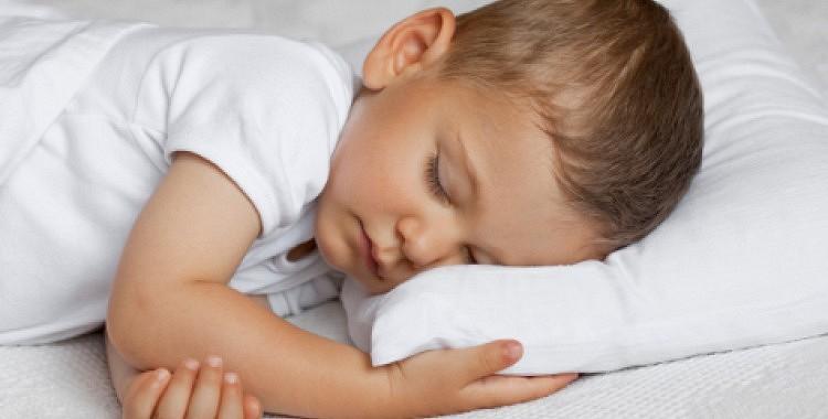Kā izvēlēties spilvenu mazulim?