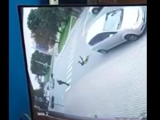 VIDEO: Kāds autovadītājs notriec gājēju un pārbrauc tam pāri. Ar vājiem nerviem neskatīties!!!