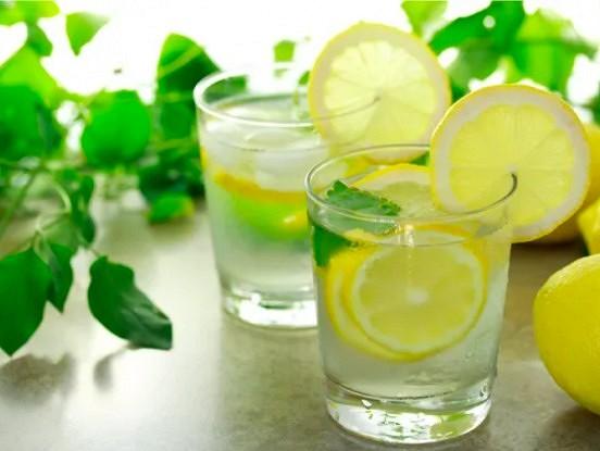 Kāpēc diena jāiesāk, izdzerot glāzi ūdens ar citronu?