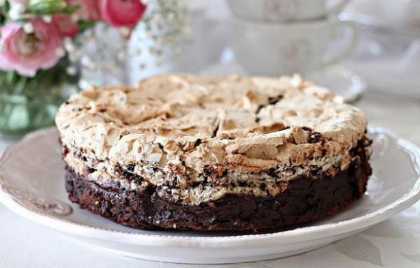 Šokolādes torte bez miltiem ar bezē un riekstiem