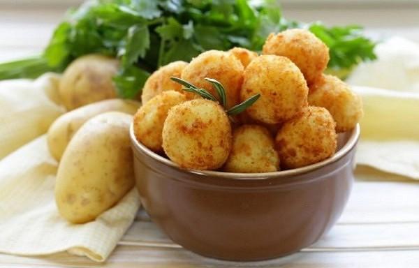 Kartupeļu kotletītes ar ķiplokiem un zaļumiem. Ļoti garšīgas, pagatavojamas uz pannas vai cepeškrāsnī.
