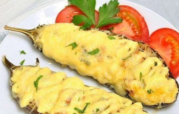 Zemas kaloritātes uzkoda – baklažānu laiviņas ar vistu un sieru