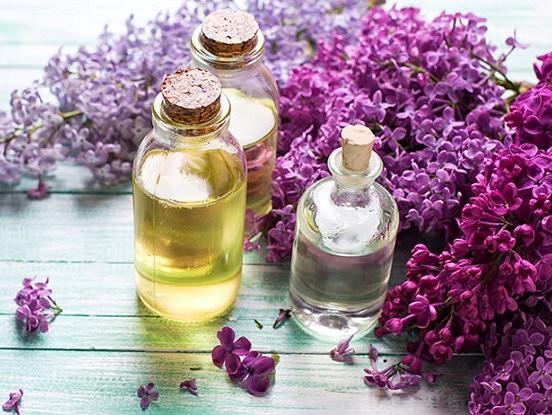 Kamēr zied ceriņi, piepildiet stikla burku ar augu eļļu un smaržīgajiem violetajiem ziediņiem