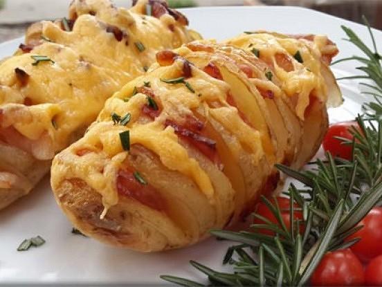 Pildīti kartupeļi bekonā