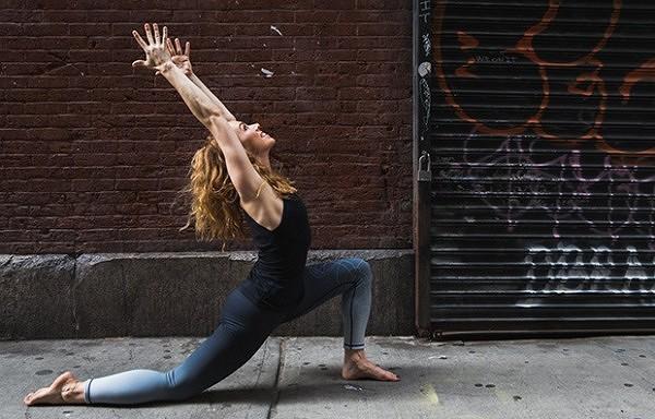 Trīs vienkāršas jogas pozas, kas atmodinās jūs jaunai dienai