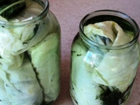 Kāpostu lapās marinēti gurķi
