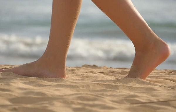 Kas notiks ar jūsu organismu, ja katru dienu piecas minūtes staigāsiet basām kājām
