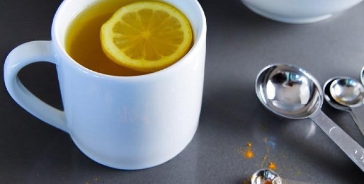 Silts ūdens ar citronu un kurkumu – labākais rīta eliksīrs