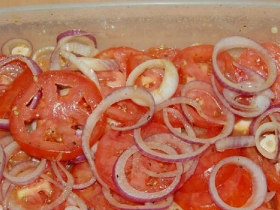 Ļoti garšīga tomātu – sīpolu uzkoda: viss slēpjas marinādē
